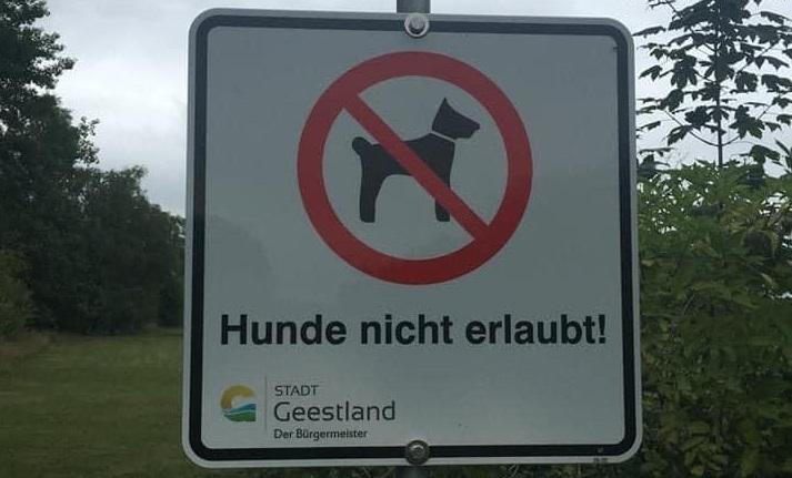 """Verein und Stadt stellen """"Hunde verboten"""" Schilder auf"""